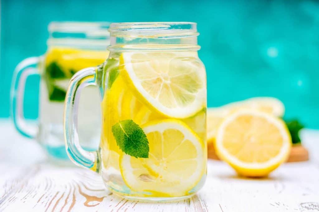 Agua con limon y canela para bajar de peso