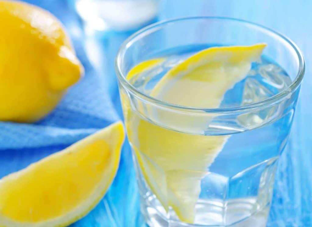 preparar agua con limón